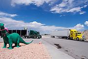Twee grote vrachtwagens rijden weg bij een tankstion in Alamo, Nevada.<br /> <br /> Trucks are leaving the gas station in Alamo, Nevada.