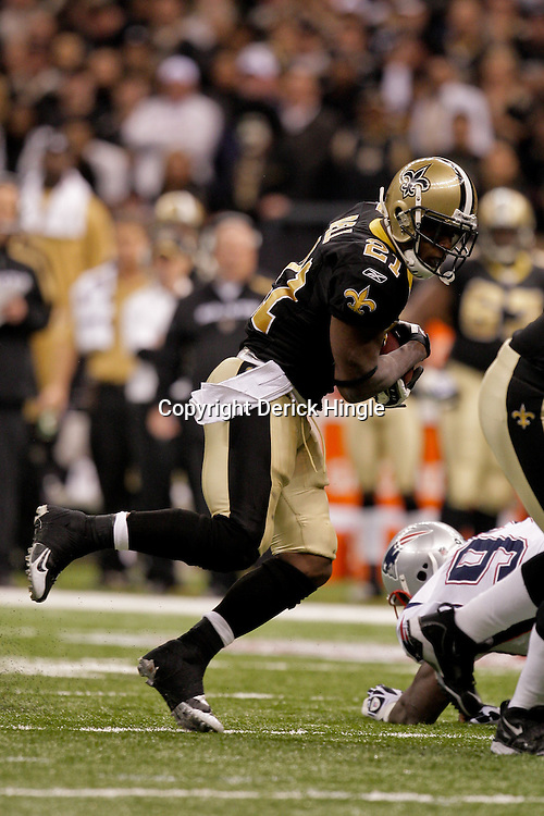 2009 November 30: New Orleans Saints running back Mike Bell (21) runs with the ball during a 38-17 win by the New Orleans Saints over the New England Patriots at the Louisiana Superdome in New Orleans, Louisiana.