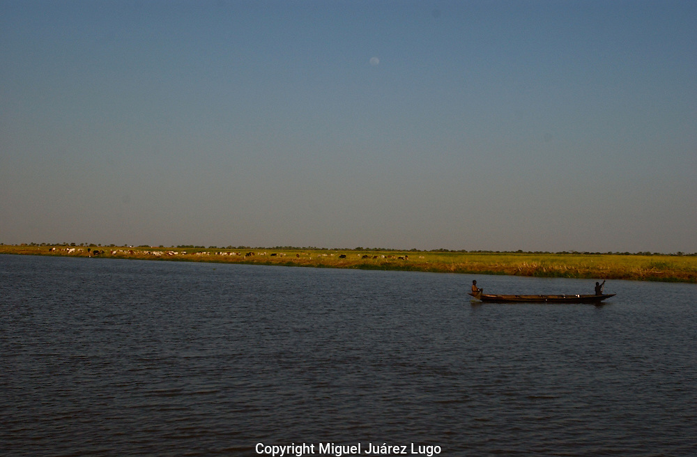 Life goes as always in the Nile river, by the shore of Canal town, In the border of Jonglei state and Upper Nile state,  fisherman and herders go by their daily business. South Sudan held a referendum for self determination recently. (PHOTO: MIGUEL JUAREZ LUGO).