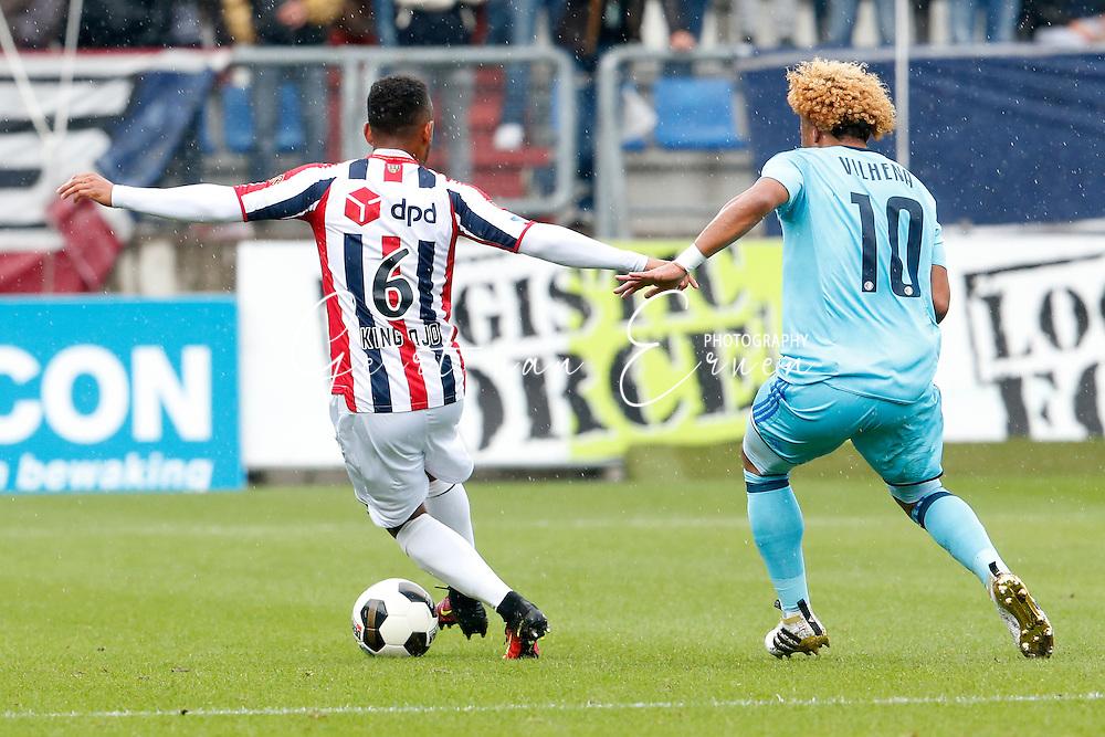 02-10-2016 VOETBAL:WILLEM II - FEYENOORD:TILBURG<br /> Funso Ojo van Willem II in duel met Tonny Vilhena van Feyenoord rugsponsor DPD King Ojo<br /> <br /> <br /> Foto: Geert van Erven
