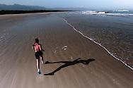 SP-RJ, BRASIL, 20/07/2010, 15h05m: Camila de Araujo Nicolau e Gabriel Gargiulo Pacca em fotos posadas do percurso de ultramaratona Nike 600K. Local da foto: Praia_Jardim_São_Lourenço.  (foto: Caio Guatelli)