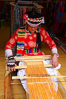 Chine. Province du Yunnan. Ville de Lijiang. Patrimoine mondial de l'UNESCO. Tissage. // China. City of Lijiang. Yunnan province. UNESCO World Heritage. Weaving.