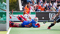 AMSTELBEEN - Hoofdklasse hockey competitie. Amsterdam-Oranje-Rood (3-3). keeper Pirmin Blaak (Oranje-Rood)  en Augustin Mazzilli (Oranje-Rood) zien Boris Burkhardt (A'dam) 3-2 scoren. COPYRIGHT KOEN SUYK.