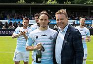 Frederik Bay (3), FC Helsingør blev kåret til Årets Spiller og får champagne af direktr Janus Kyhl før kampen i NordicBet Ligaen mellem FC Helsingør og Lyngby Boldklub den 25. maj 2019 på Helsingør Stadion. (Foto: Claus Birch / ClausBirchDK Sportsfoto).