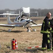 NLD/21032012/ ALMERE - Een sportvliegtuigje heeft vanmorgen rond elf uur een noodlanding gemaakt op een graslandje in Almere Poort. De twee inzittenden bleven hierbij ongedeerd..De piloot van het vliegtuigje zette het toestel aan de grond op een akkerlandje tussen de snelweg A6 en de Poortdreef, in de buurt van Topsportcentrum Almere. Dit gebeurde ogenschijnlijk zonder veel schade aan het vliegtuig, uit de motor lijkt alleen een beetje olie te lekken.Brandweer en politie zijn aanwezig, maar hoeven niet in actie te komen.