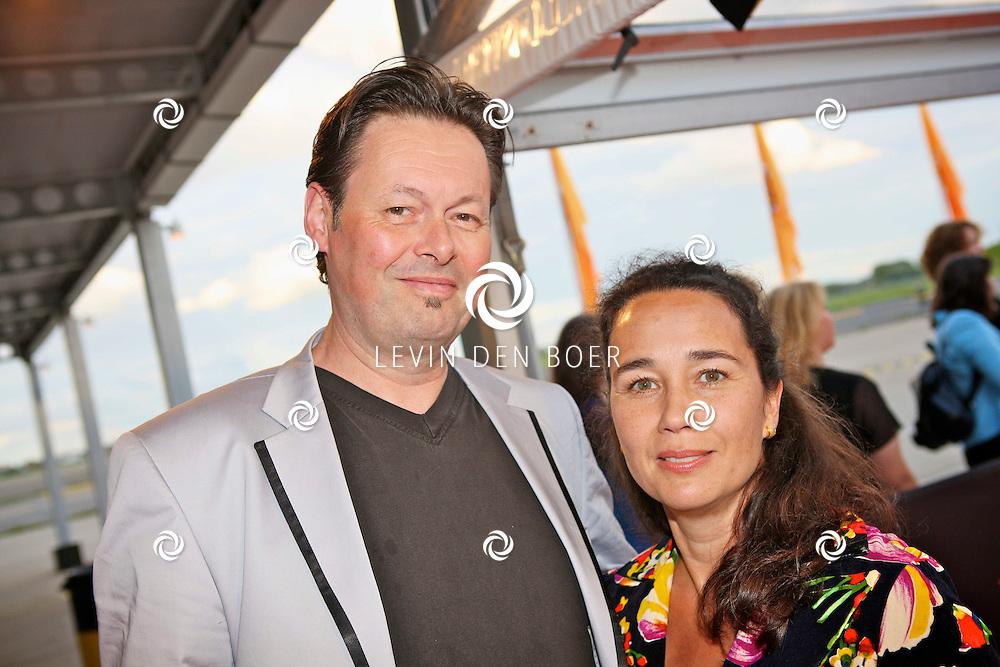 KATWIJK - Op vliegbasis Valkenburg hield Soldaat van Oranje een tweede premiere ter gelegenheid van een nieuwe Cast. Met op de foto Carel Kraayenhof en zijn vrouw Thirza Lourens. FOTO LEVIN DEN BOER - PERSFOTO.NU