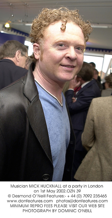 Musician MICK HUCKNALL at a party in London on 1st May 2002.OZN 39