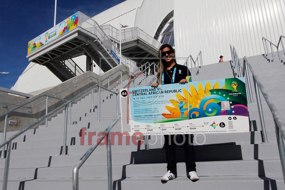 Natal, RN-03/06/2014: Na tarde desta terça-feira foi realizado o Tour de Experiência dos Estádios, organizado pela Fifa, em Natal-RN. Na ocasião os jornalistas vivem a experiência que os torcedores e os próprios jornalistas terão no estádio preparado para a Copa do Mundo da FIFA, percorrendo todo o caminho dos torcedores e áreas destinadas à imprensa, vivenciando situações comuns de jogo. Foto: Nuno Guimarães/Frame