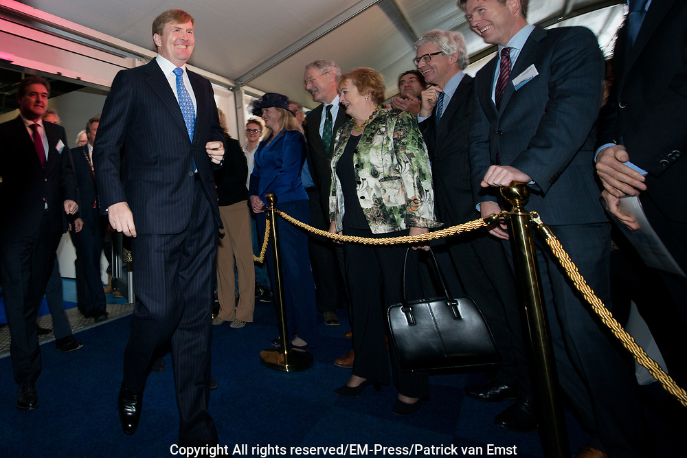 Koning Willem Alexander opent proefinstallatie Blue Energy in Breezanddijk op de Afsluitdijk. De Blue Energy, zoals de installatie heet, is de eerste installatie waarbij de winning van energie uit zoet en zout water in de praktijk wordt getest. <br /> <br /> <br /> King Willem Alexander opens pilot plant in Blue Energy Breezanddijk on the Dam. The Blue Energy, as the plant is called, is the first installation where the energy from fresh and salt water is tested in practice.<br /> <br /> op de foto / On thew photo:  Aankomst / arrival