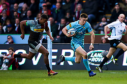 Chris Pennell of Worcester Warriors goes past Nathan Earle of Harlequins - Mandatory by-line: Robbie Stephenson/JMP - 16/02/2019 - RUGBY - Twickenham Stoop - London, England - Harlequins v Worcester Warriors - Gallagher Premiership Rugby