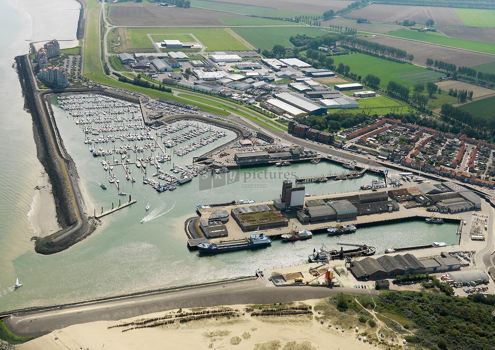 20110820 0012 Jachthaven, vissershaven en handselshaven van Breskens met in de achtergrond het appartementen complex port scaldis