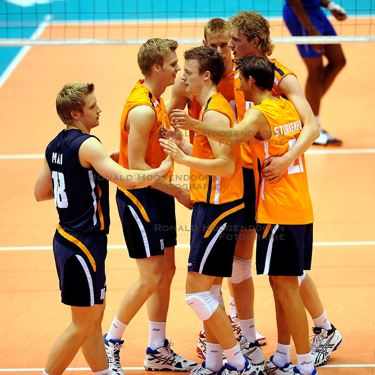 04-07-2008 VOLLEYBAL: EUROPEAN LEAGUE NEDERLAND - ENGELAND: ROTTERDAM <br /> Nederland wint vrij eenvoudig met 3-0 van Engeland / Vreugde bij van der Mark, Kay van Dijk, Jelte Maan en Jeroen Rauwerdink<br /> &copy;2008-WWW.FOTOHOOGENDOORN.NL