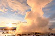 Der Geysir Strokkur im ersten Licht am Morgen, Island<br /> <br /> The geysir Strokkur in the first light of the morning, Iceland
