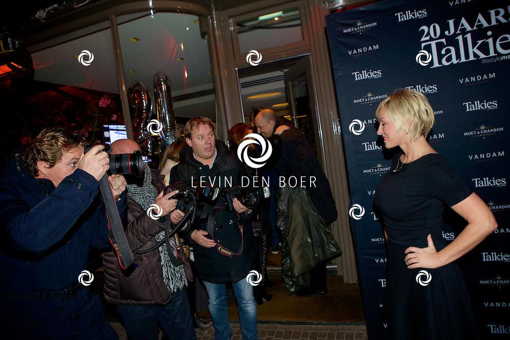 AMSTERDAM - Bij brasserie van Dam hield het glamour magazine Talkies hun 20 jarig bestaan. Dit werd gevierd met de nieuwe cover van het magazine. Met hier op de foto Eva Lone van Roosendaal en fotografen Edwin Smulders, Reni van Maren en Dennis van Tellingen. FOTO LEVIN DEN BOER - PERSFOTO.NU