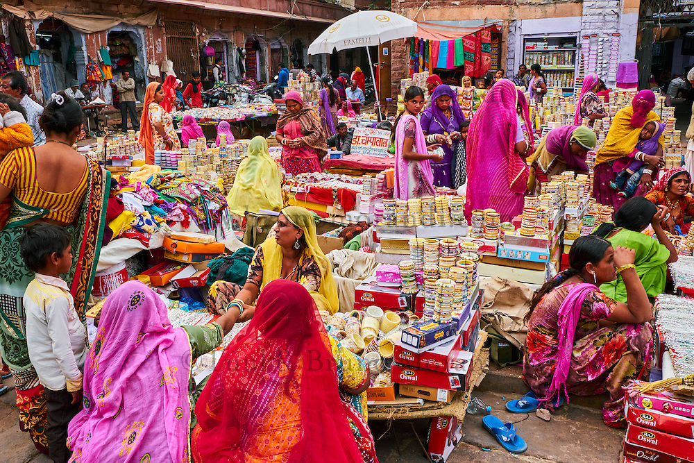 Inde, Rajasthan, Jodhpur la ville bleue, marché de Clock Tower // India, Rajasthan, Jodhpur, the blue city, bangle market