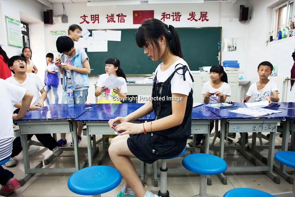 BEIJING, JULY,12-14,2013 : Teilnehmer eines Foto Workshops in der CAOCHANGDI MITTELSCHULE arbeiten mit ihren Kameras im Klassenraum.