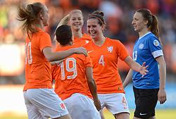 20-05-2015 NED: Nederland - Estland vrouwen, Rotterdam<br /> Oefeninterland Nederlands vrouwenelftal tegen Estland. Dit is een 'uitzwaaiwedstrijd'; het is de laatste wedstrijd die de Nederlandse vrouwen spelen in Nederland, voorafgaand aan het WK damesvoetbal 2015 / Shanice van de Sanden #19 scoort de 5-0, Jill Roord #10, Merel van Dongen #4