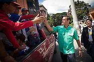 El candidato opositor, Henrique Capriles Radonski saluda a un grupo de niños luego de ejercer su voto durante las elecciones primarias realizadas en Caracas, Venezuela, 12 Feb. 2012. (Foto/ivan gonzalez)