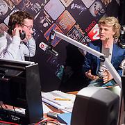 NLD/Hilversum/20131206 - Top 2000 finale 2013, studio overzicht, bekendmaking uitslag, Bert Haandrikman en Hans Klok