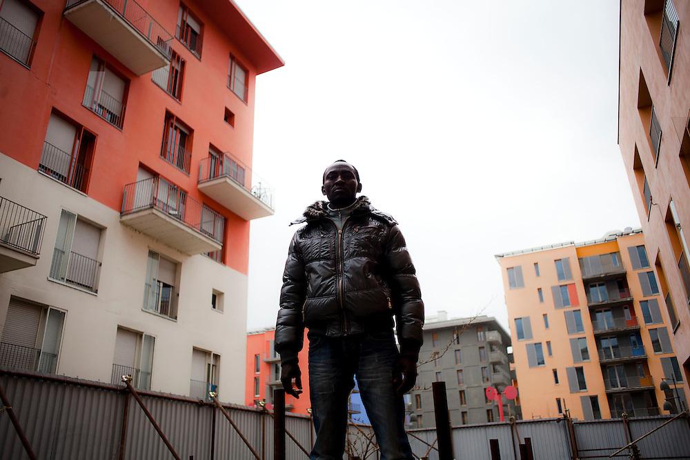 Un ragazzo nel cortile delle ex palazzine olimpiche occupate.