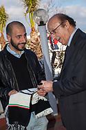 Luciano Moggi, ex dirigente sportivo e manager calcistico italiano, interviene ad una conferenza sul calcio a Palermo. Luciano Moggi firma la sciarpa di un tifoso juventino.