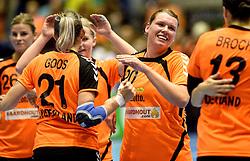 07-10-2015 NED: Kwalificatie EK 2016 Nederland - Bulgarije, Rotterdam<br /> De Nederlandse handbalsters zijn de kwalificatiereeks voor het EK in 2016 begonnen met een monsterzege op Bulgarije. In een volgepakt Topsportcentrum van Rotterdam won Nederland met 45-24 / Myrthe Schoenaker #20, Nycke Groot #8