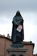 """Roma 5 Giugno 2008.  <br /> L' Associazione ambientalista  """"Terra""""  per protesta contro l'emissione di CO2, ha applicato  su 150 statue di Roma  mascherine antinquinamento e cartelli contro il CO2.La Statua di Giordano Bruno<br /> Rome June 5, 2008.  <br /> L 'Environmental association """"Earth"""" in protest against the emission of CO2, has applied to 150 statues of Rome anti-pollution masks and poster against the CO2."""
