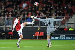 20-10-2009 VOETBAL: AZ - ARSENAL: ALKMAAR<br /> AZ in slotminuut naast Arsenal 1-1 / Hector Moreno en Vito Mannone<br /> ©2009-WWW.FOTOHOOGENDOORN.NL