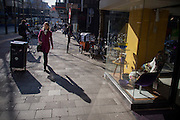 In Utrecht loopt een vrouw in zonlicht langs een meubelwinkel in de binnenstad.<br /> <br /> In Utrecht a woman passes a furniture shop in the city center.