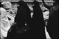 Pakistan, Punjab, Femmes voilees dans le bazar de Rawalpindi. // Pakistan. Punjab. Veiled woman at Rawalpindi bazar.