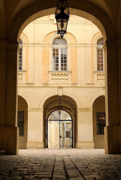 France, Languedoc Roussillon, Gard (30), Uzès, Hôtel de ville, cour intérieure