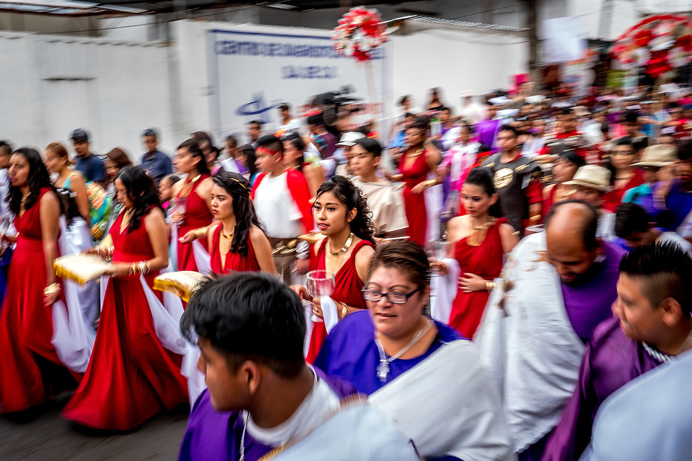 Up to 10 000 actors and actresses participate in the annual event, which winds for kilometres through the streets of Iztapalapa before ending on the summit of Cerro de Estrella.