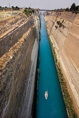 Griekenland, Korinthe, 5-7-2008Zeilboot vaart door het kanaal van Corinthe, een boukundig hoogstandje uit de 19e eeuw.Foto: Flip Franssen
