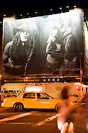 New York - Houston street. Yellow cab pass by giant advertising boards / Houston street,  affiches publicitaires et taxi jaunes  New York - Etats unis