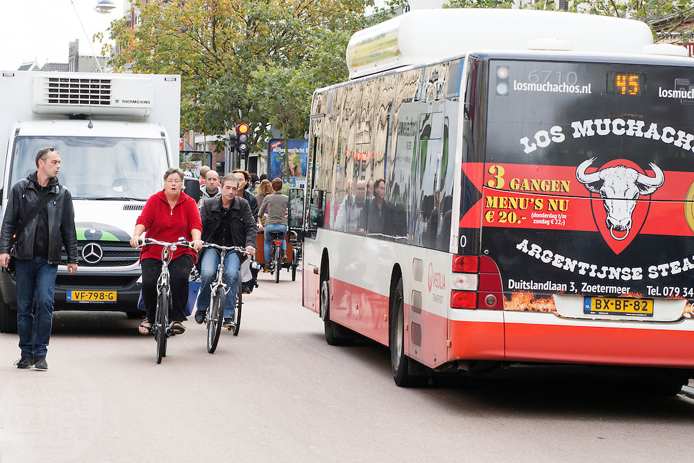 In Leiden delen fietsers de rijstrook met bussen en bevoorradingsverkeer.<br /> <br /> Cyclists in Leiden share their lane with buses and small trucks.