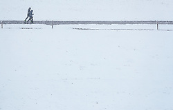19.04.2017, Kaprun, AUT, Wintereinbruch in Salzburg, im Bild Spaziergänger bei Schneefall // a Couple walking by snowfall, Kaprun, Austria on 2017/04/19. EXPA Pictures © 2017, PhotoCredit: EXPA/ JFK