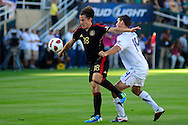 Eric Lichaj (R), de Estados Unidos junto a Andres Guardado (L) de Mexico en el partido frente a Estados Unidos, en la final de la Copa Oro 2011, en el estadio Rose Bowl, Pasadena, California, hoy sabado 25 de junio de 2011. Fotos IL: WIlton CASTILLO