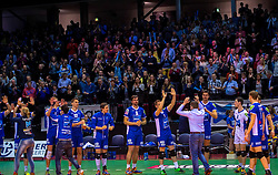 17-04-2016 NED: Play off finale Abiant Lycurgus - Seesing Personeel Orion, Groningen<br /> Abiant Lycurgus is door het oog van de naald gekropen tijdens het eerste finaleduel om het landskampioenschap. De Groningers keken in een volgepakt MartiniPlaza tegen een 0-2 achterstand aan tegen Seesing Personeel Orion, maar mede dankzij invaller Gino Naarden kwam Lycurgus langszij en pakte het de wedstrijd met 3-2 / Vreugde bij Lycurgus