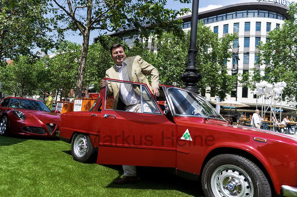 Der Senator f&uuml;r Stadtentwicklung und Umwelt Andreas Geisel (SPD) steigt w&auml;hrend der Classic Days Berlin am 04.06.2016 in Berlin, Deutschland aus einem Oldtimer. Der Kurf&uuml;rstendamm wird an diesem Wochenende zu einer Ausstellungsfl&auml;che f&uuml;r Liebhaber von alten Autos. Foto: Markus Heine / heineimaging<br /> <br /> ------------------------------<br /> <br /> Ver&ouml;ffentlichung nur mit Fotografennennung, sowie gegen Honorar und Belegexemplar.<br /> <br /> Bankverbindung:<br /> IBAN: DE65660908000004437497<br /> BIC CODE: GENODE61BBB<br /> Badische Beamten Bank Karlsruhe<br /> <br /> USt-IdNr: DE291853306<br /> <br /> Please note:<br /> All rights reserved! Don't publish without copyright!<br /> <br /> Stand: 06.2016<br /> <br /> ------------------------------w&auml;hrend der Classic Days Berlin am 04.06.2016 in Berlin, Deutschland. Der Kurf&uuml;rstendamm wird an diesem Wochenende zu einer Ausstellungsfl&auml;che f&uuml;r Liebhaber von alten Autos.  Foto: Markus Heine / heineimaging<br /> <br /> ------------------------------<br /> <br /> Ver&ouml;ffentlichung nur mit Fotografennennung, sowie gegen Honorar und Belegexemplar.<br /> <br /> Bankverbindung:<br /> IBAN: DE65660908000004437497<br /> BIC CODE: GENODE61BBB<br /> Badische Beamten Bank Karlsruhe<br /> <br /> USt-IdNr: DE291853306<br /> <br /> Please note:<br /> All rights reserved! Don't publish without copyright!<br /> <br /> Stand: 06.2016<br /> <br /> ------------------------------