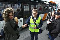 Mannheim. 01.03.17 | BILD- ID 086 |<br /> Innenstadt. Plankenumbau. Auswirkungen auf den Stra&szlig;enbahnverkehr. Am Hauptbahnhof informieren rnv Mitarbeiter &uuml;ber die Plan&auml;nderungen und Streckenverbindungen.<br /> - rnv Mitarbeiter Georg Warsitz<br /> Bild: Markus Prosswitz 01MAR17 / masterpress (Bild ist honorarpflichtig - No Model Release!)