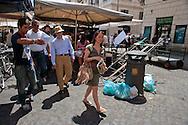 Roma 28 Luglio 2011.Il set del  film The Bob Decameron di Woody Allen, al mercato di Campo de Fiori.Woody Allen lascia il set del film con Woody Allen con la moglie Soon-Yi e la figlia Manzie, passando vicino a dei sacchetti della spazzatura abbondonati per la strada.