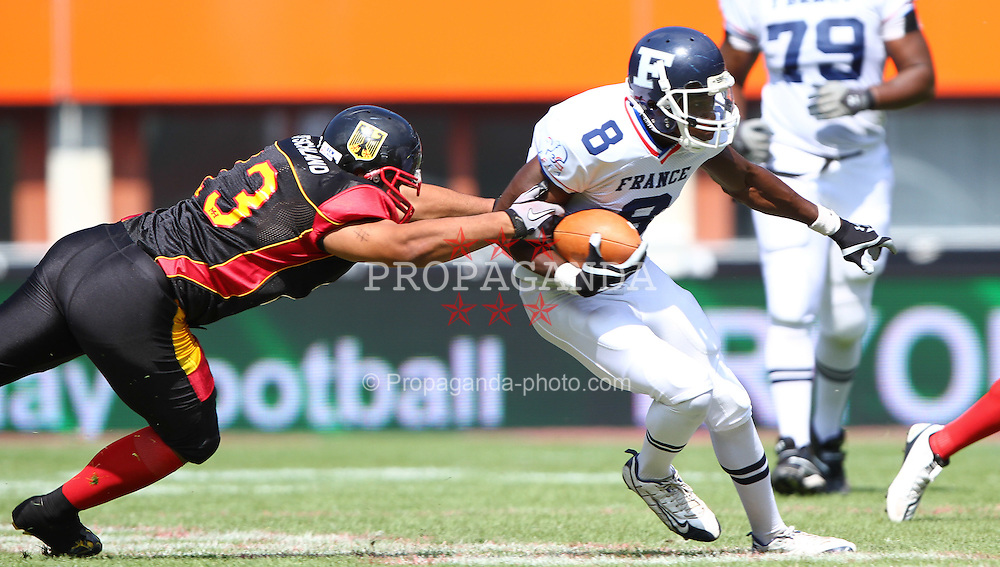 16.07.2011, Ernst Happel Stadion, Wien, AUT, American Football WM 2011, Germany (GER) vs France (FRA), im Bild Jasson Scott (Germany, #13, LB) tries to get the ball from Anthony Dable (France, #8, REC )  // during the American Football World Championship 2011 game, Germany vs France, at Ernst Happel Stadion, Wien, 2011-07-16, EXPA Pictures © 2011, PhotoCredit: EXPA/ T. Haumer