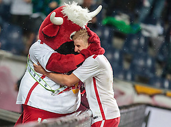29.07.2015, Red Bull Arena, Salzburg, AUT, UEFA CL, FC Salzburg vs Malmoe FF, Qualifikation, 3. Runde, Hinspiel, im Bild Torjubel zum 2:0 per Elfmeter durch Martin Hinteregger (FC Red Bull Salzburg) mit Masskotche Bullidibumm // Martin Hinteregger (FC Red Bull Salzburg) celebrate his Goal with the Mascot Bullidibumm during the UEFA Championsleague Qualifier 3rd round, 1st Leg Match between FC Salzburg and Malmoe FF at the Red Bull Arena in Salzburg, Austria on 2015/07/29. EXPA Pictures © 2015, PhotoCredit: EXPA/ JFK