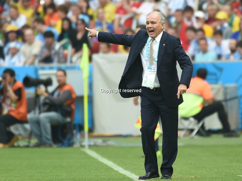 25.06.2014. Porto Alegre, Brazil.  Argentina s coach Alejandro Sabella gives instructions during a Group F match between Nigeria and Argentina of 2014 FIFA World Cup at the Estadio Beira-Rio Stadium in Porto Alegre, Brazil, on June 25, 2014.(Xinhua/Li Ga)(pcy) (SP)BRAZIL-PORTO ALEGRE-WORLD CUP 2014-GROUP F-NIGERIA VS ARGENTINA