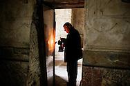 Ercolano, Italia - 23 novembre 2012. L'archeologo Domenico Camardo all'interno di una delle stanze delle terme degli scavi archeologici di Ercolano (Herculaneum). Domenico Camardo è a capo di un team di archologi che fanno parte del progetto Herculaneum Conservation Project finanziato dall isituto Packar Humanities Institutr. Il sito archologico di epoca romana, patrimonio dell'Unesco, distante solo pochi km da Pompei, ha riportato alla luce tesori antichi di inestimabile valore. A differenza di Pompei, ad Ercolano sono stati ritrovati reperti organici ed in legno che hanno permesso agli archeologi di studiare in modo più approfondito le abitudini dell'epoca. Ph. Roberto Salomone Ag. Controluce.ITALY - Archeologist Domenico Camardo inside one of the rooms of the hot springs of the archeological site of Herculaneum on November 23, 2012. The world heritage site of roman age, just a few miles away from Pompeii has brought to life treasures that made it possible for archeologists to study in a more detailed way the lifestyle of ancient romans.