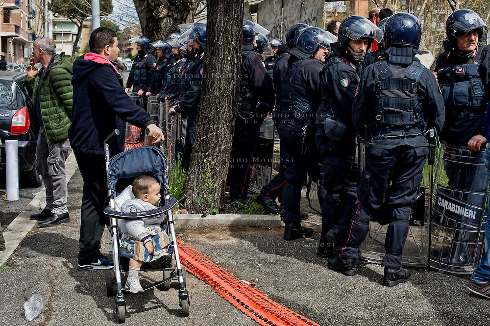 Roma  28 Marzo 2014<br /> I movimenti per il diritto all'abitare  hanno occupato un edificio  abbandonato  di proprietà del costruttore Caltagirone al quartiere Garbatella. I carabinieri in tenuta antisommossa  bloccano gli occupanti.<br /> Rome March 28, 2014 <br /> The movements for housing rights  they occupied an abandoned building owned by the manufacturer at Caltagirone Garbatella district. The carabinieri in riot gear block the occupants.