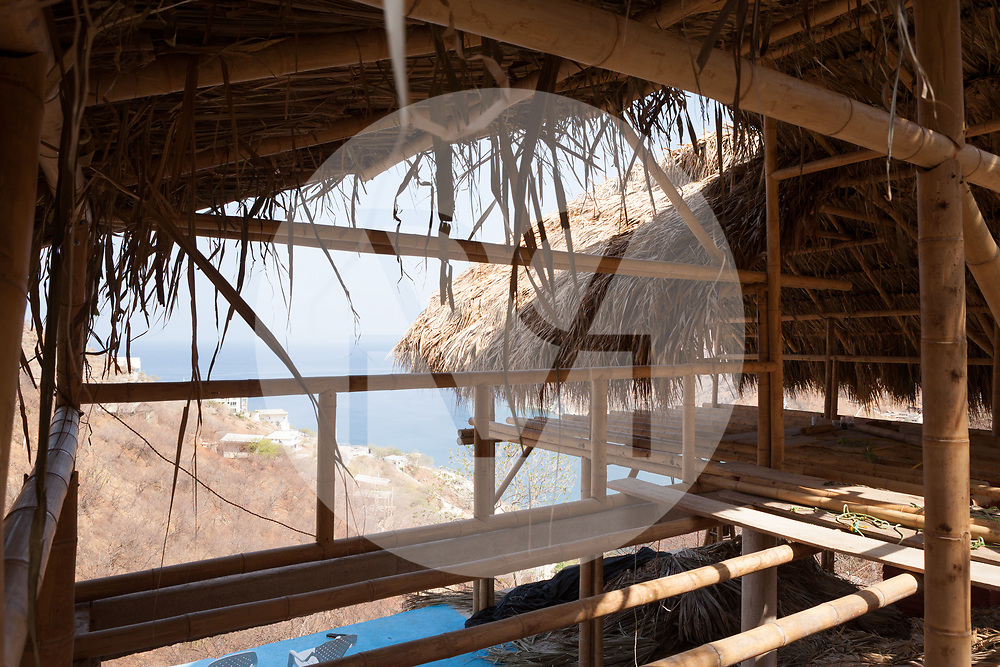 KOLUMBIEN - TAGANGA - Palmblätterdach auf der Baustelle vom Hostel Casa Horizonte - 09. Mai 2014 © Raphael Hünerfauth - http://huenerfauth.ch