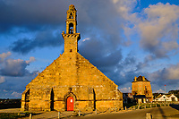 France, Finistère (29), Cornouaille, Presqu'île de Crozon, Camaret-sur-Mer, le Port, la chapelle Notre-Dame de Rocamadour et la tour Vauban classée au patrimoine Mondial de l'UNESCO // France, Finistere (29), Cornouaille, Crozon peninsula, Camaret-sur-Mer, the Port, the Notre-Dame de Rocamadour chapel and the Vauban tower listed as World Heritage by UNESCO