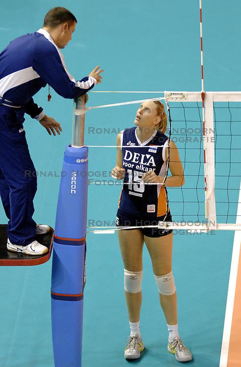 27-09-2006 VOLLEYBAL: KWALI WGP2007: NEDERLAND - BULGARIJE: VARNA<br /> Nederland wint vrij eenvoudig van Bulgarije met 3-0 / Ingrid Visser en scheidsrechter Epaninondas<br /> &copy;2006: WWW.FOTOHOOGENDOORN.NL