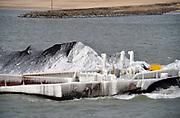 Nederland, Millingen, 1-3-2018Een binnenvaartschip, een duwbakcombinatie, heeft een met ijs en ijspegels bedekte boeg door het bevriezen van het buiswater . Door de vorst verandert de kleur van de eerste kolenhoop van zwart naar wit.Foto: Flip Franssen